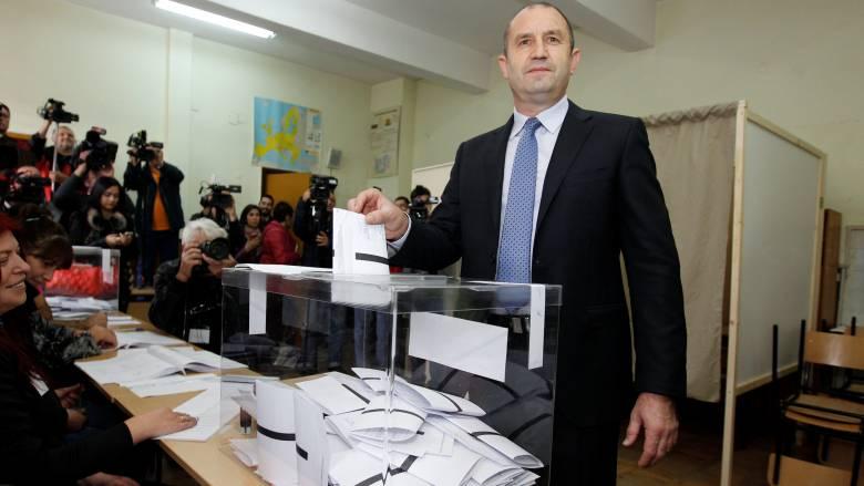 Βουλγαρία: Προβάδισμα Ράντεφ στον πρώτο γύρο των προεδρικών εκλογών