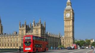 Η φθηνή στερλίνα στέλνει τουρίστες στη Βρετανία