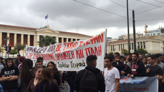 Μαθητικό συλλαλητήριο: Συνθήματα, αλλά και μικροένταση στο Σύνταγμα (vid&pics)