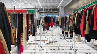 Ο Ai Weiwei βάζει στο «Αυτόματο Πλυντήριο» του τα ρούχα της Ειδομένης