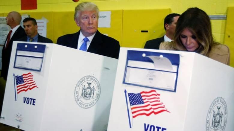 Εκλογές ΗΠΑ 2016: Στην κάλπη συνοδευόμενος από τη σύζυγό του ο Ντόναλντ Τραμπ