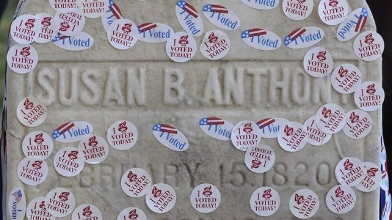 Εκλογές ΗΠΑ 2016: Με αυτοκόλλητα «I Voted» τίμησαν τον τάφο της ακτιβίστρια Σούζαν Μπράουνελ