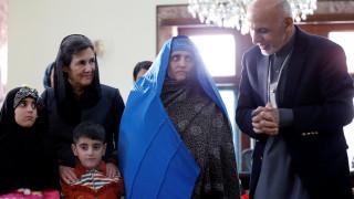 Ο πρόεδρος του Αφγανιστάν υποδέχτηκε στη χώρα την «Αφγανή με τα πράσινα μάτια»