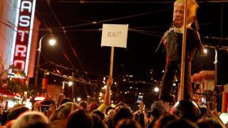 Εκλογές ΗΠΑ 2016: Διαδηλωτές έκαψαν τη σημαία της Αμερικής έξω από τον πύργο του Τραμπ (pics)