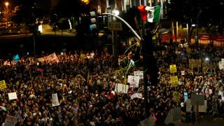 Πρόεδρος ΗΠΑ: Διαμαρτυρίες, συνθήματα και φωτιές στους δρόμους του Λος Άντζελες (pics)