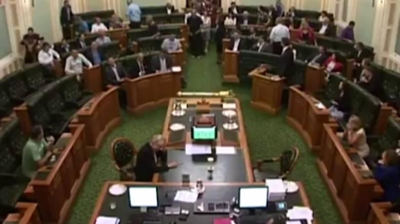 Αυστραλοί βουλευτές ψηφίσαν στη Βουλή με βερμούδες, κοντομάνικα και χωρίς παπούτσια