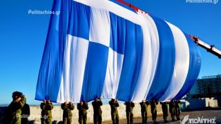 Χίος: Η εντυπωσιακή έπαρση της ελληνικής σημαίας (vid)