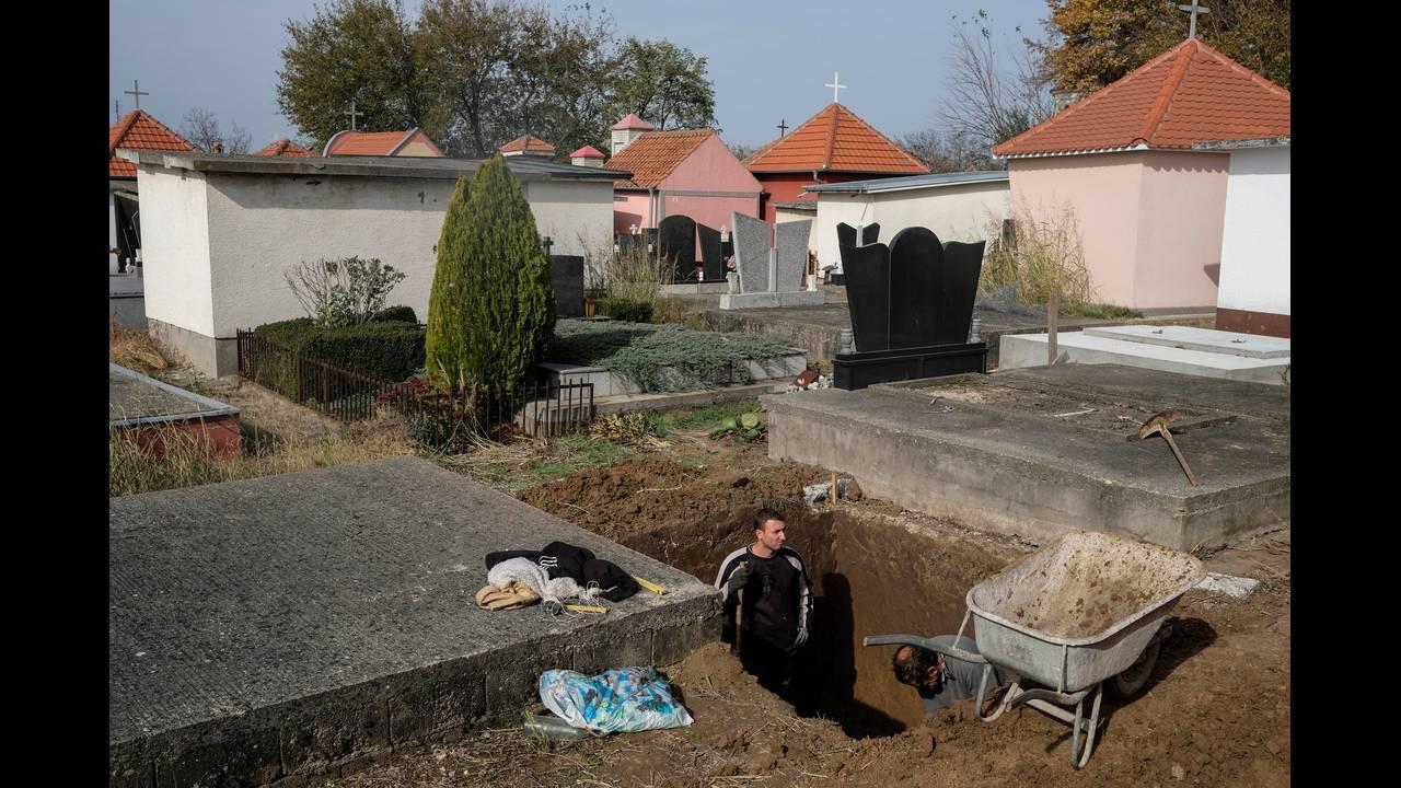 https://cdn.cnngreece.gr/media/news/2016/11/11/54168/photos/snapshot/SERBIA-GRAVES-REUTERSMarko-Djurica9.jpg