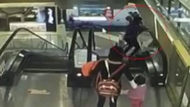 Μωράκι σκοτώθηκε όταν γλίστρησε από την αγκαλιά της γιαγιάς του και έπεσε στο κενό