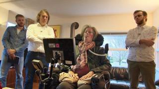 Παράλυτη γυναίκα με τη νόσο του Στίβεν Χόκινγκ χρησιμοποιεί την σκέψη της για να επικοινωνήσει