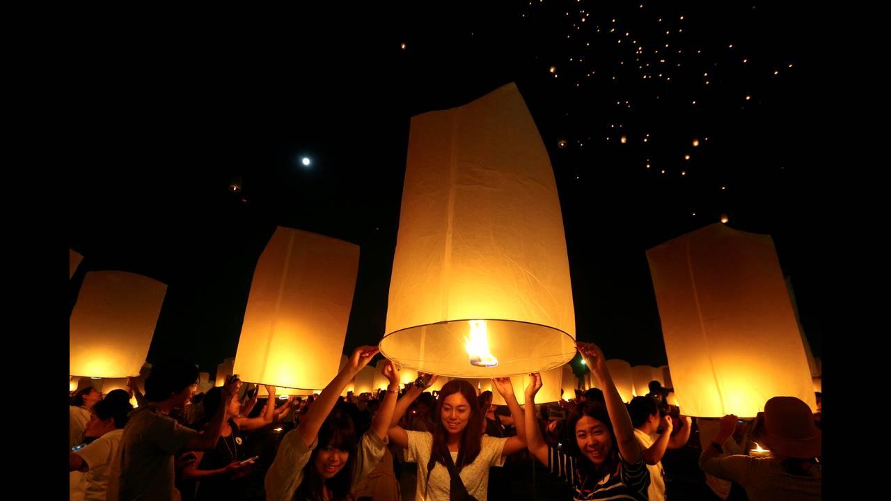 https://cdn.cnngreece.gr/media/news/2016/11/14/54510/photos/snapshot/THAILAND-FESTIVAL-REUTERSAthit-Perawongmetha3.jpg