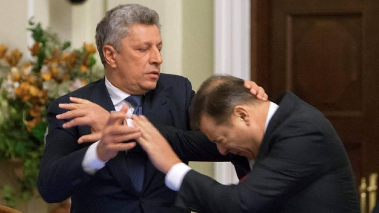 Βουλευτές της Ουκρανίας ανταλλάσουν γροθιές μέσα στο κοινοβούλιο (pics&vid)