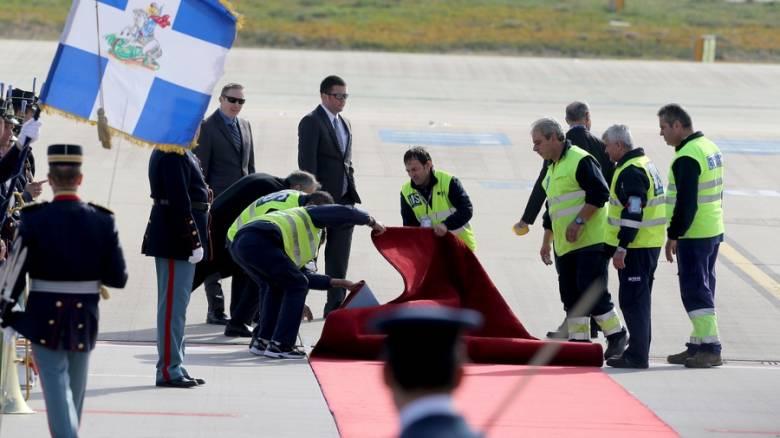 Επίσκεψη Ομπάμα: Το... στραβό κόκκινο χαλί και η σημαία που έκρυψε τον Καμμένο (pics)