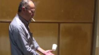 Μάγος κάνει ποτήρι να αιωρείται μπροστά στα έκπληκτα μάτια του κοινού του (vid)