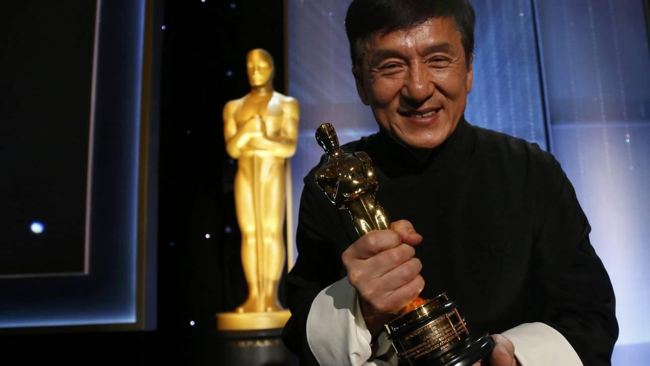200 ταινίες και άπειρα σπασμένα κόκκαλα μετά, ο Τζάκι Τσαν τιμήθηκε με Όσκαρ