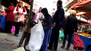 Eurostat:  Ένα στα τέσσερα παιδιά απειλείται με φτώχεια στην ΕΕ – Στην τρίτη θέση η Ελλάδα
