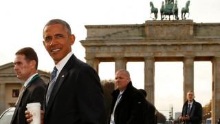 Ο χαλαρός περίπατος του Ομπάμα στο Βερολίνο με τον καφέ στο χέρι (pics)