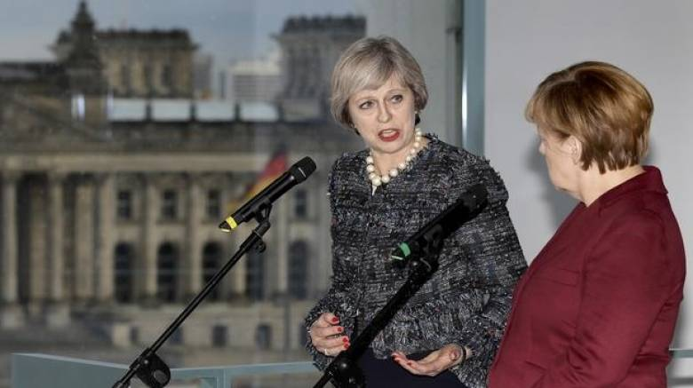 Η Μέι διαβεβαιώνει την Μέρκελ ότι θα τηρηθεί το χρονοδιάγραμμα για το Brexit