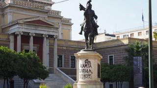 Βανδάλισαν το άγαλμα του Κολοκοτρώνη στην Παλιά Βουλή (video+pics)