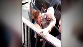 Βίντεο σοκ: Αστυνομικός γρονθοκοπεί γυναίκα την ώρα της σύλληψης