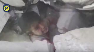 ΧΑΛΕΠΙ: Διασώστες βγάζουν ζωντανό ένα μικρό αγόρι από τα συντρίμμια (vid)