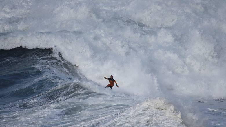 Ατρόμητοι σέρφερς δαμάζουν τα κύματα των Πορτογαλικών ακτών