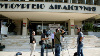 «Δεν θα καταργηθεί το βραχιολάκι», λέει το υπουργείο Δικαιοσύνης