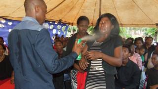 «Προφήτης» ψεκάζει πιστούς με εντομοκτόνο για να τους... θεραπεύσει
