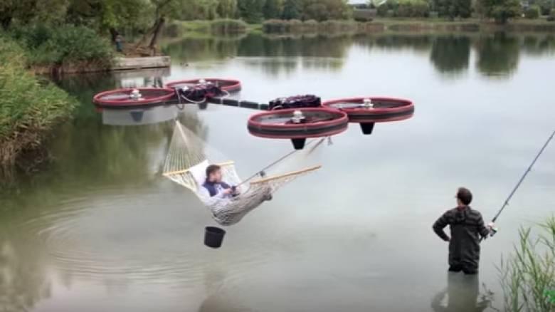Κρέμασε αιώρα σε drone και ξαπλώνει στους αιθέρες! (vid)