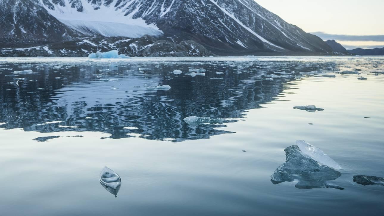 Μια βαρκούλα από πάγο λιώνει στην Αρκτική: το έργο τέχνης-διαμαρτυρία για το κλίμα