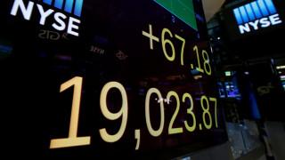 O Dow Jones έκλεισε για πρώτη φορά στην ιστορία του πάνω από τις 19.000 μονάδες