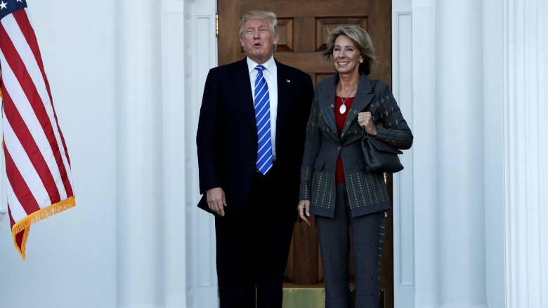 Η πάμπλουτη Μπέτσι Ντεβός υπουργός Παιδείας του Τραμπ