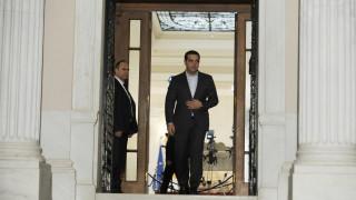 Αποκλείει πρόωρες εκλογές η κυβέρνηση, αισιοδοξεί για κλείσιμο της αξιολόγησης