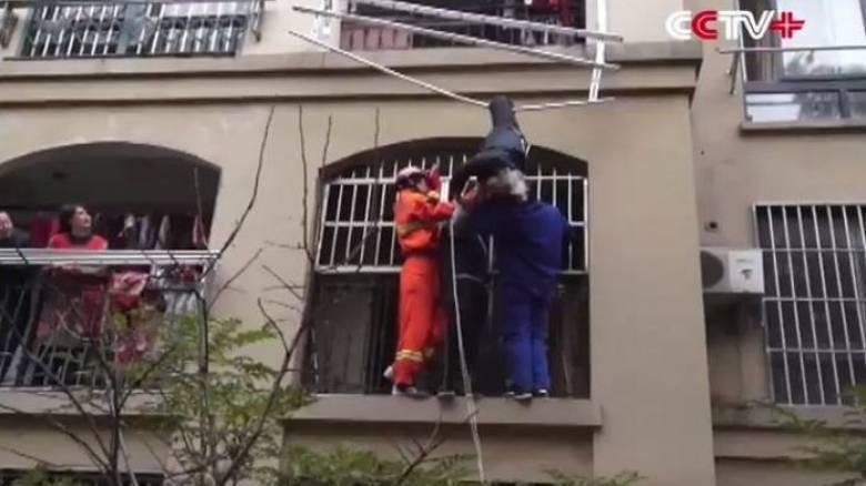 Έπεσε από τον τρίτο όροφο και σώθηκε χάρη σε μια απλώστρα (Vid)