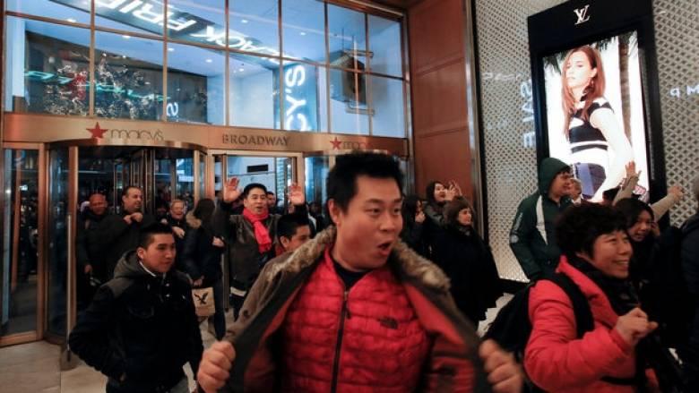Black Friday: Φρενίτιδα και ουρές στα καταστήματα στις ΗΠΑ (pics)