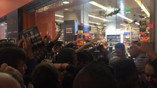 Black Friday: Κοσμοπλημμύρα στα εμπορικά καταστήματα (pics+vid)