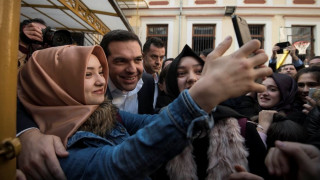 Οι selfies του Τσίπρα με τους μαθητές και ο... ελληνικός καφές (pics)