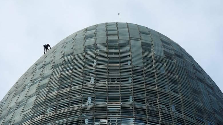 Ο Γάλλος Spiderman σκαρφάλωσε σε ουρανοξύστη χωρίς μέτρα ασφαλείας (pics & vid)