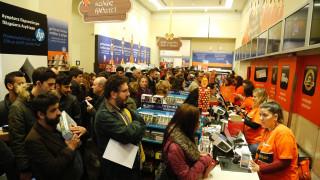 Black Friday: Πλήθος υποψήφιων αγοραστών στα εμπορικά καταστήματα (pics+vid)