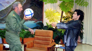 Το συγκλονιστικό «αντίο» του Μαραντόνα στον «σοφότερο όλων» Φιντέλ Κάστρο