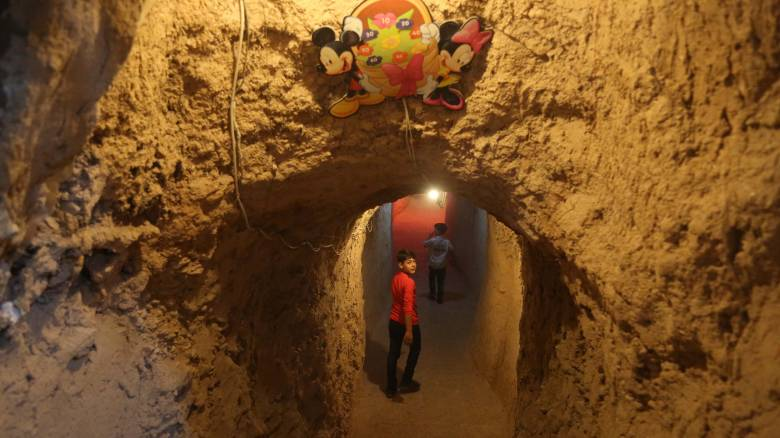 Τα παιδιά στη Συρία βρήκαν παιχνίδι και ξεγνοιασιά σε υπόγειο τούνελ