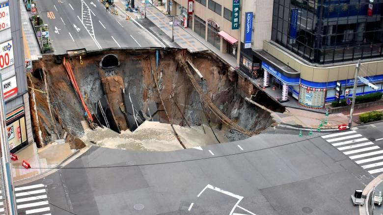 Ιαπωνία: Επιδιόρθωσαν την τρύπα στον δρόμο, αλλά αυτή «ξαναζωντανεύει»