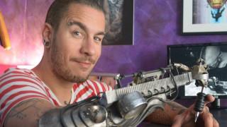 JC Sheitan Tenet: Ο καλλιτέχνης με το προσθετικό μηχανικό χέρι τατουάζ