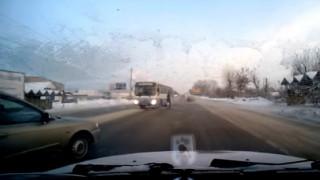 Γλυτώνει από λεωφορείο, αλλά συνεχίζει ατάραχη τον δρόμο της (vid)