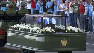 Ξεκίνησε η πομπή που μεταφέρει την τέφρα του Φιντέλ Κάστρο (pics)
