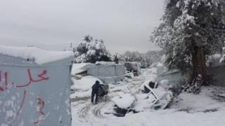 Πέτρα Ολύμπου: Οι σκηνές των προσφύγων βουλιάζουν στο χιόνι
