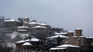 Εντυπωσιακές εικόνες από τη χιονόπτωση στα Μετέωρα (pics)