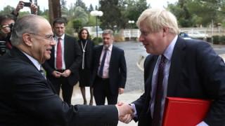 Στη Λευκωσία ο Μπ. Τζόνσον για τις εγγυήσεις και το Κυπριακό