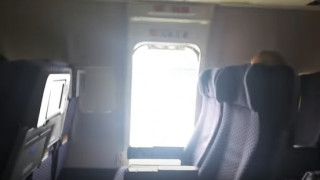 Άνοιξε την πόρτα ασφαλείας εν κινήσει αεροπλάνου και πήδηξε έξω (vid)