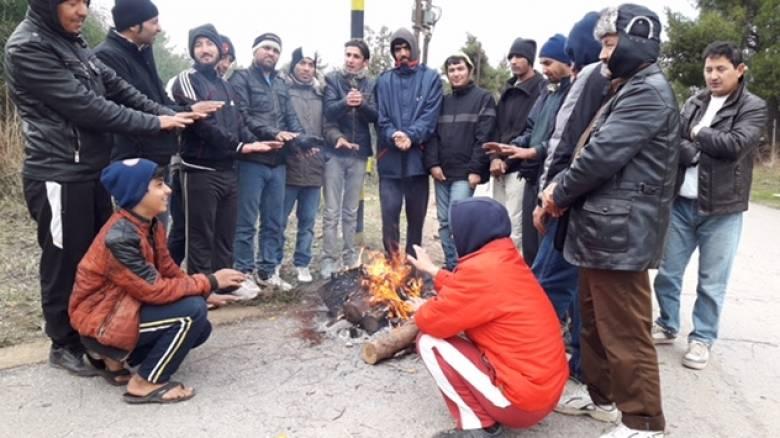 Πρόσφυγες: Ζουν στις λάσπες, βγήκαν στους δρόμους (vid&pics)